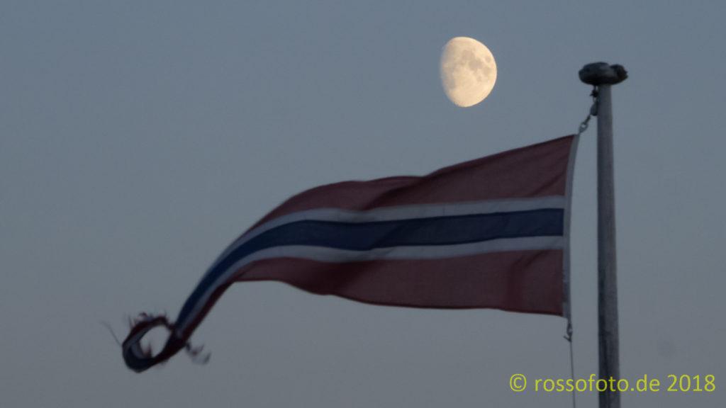 Mond und Flagge über Litlos.