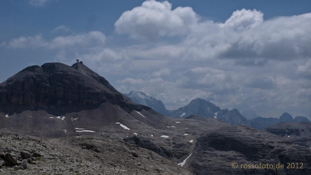 Auf dem Plateau geht der Blick zum alles überragenden Piz Boé (3152m).