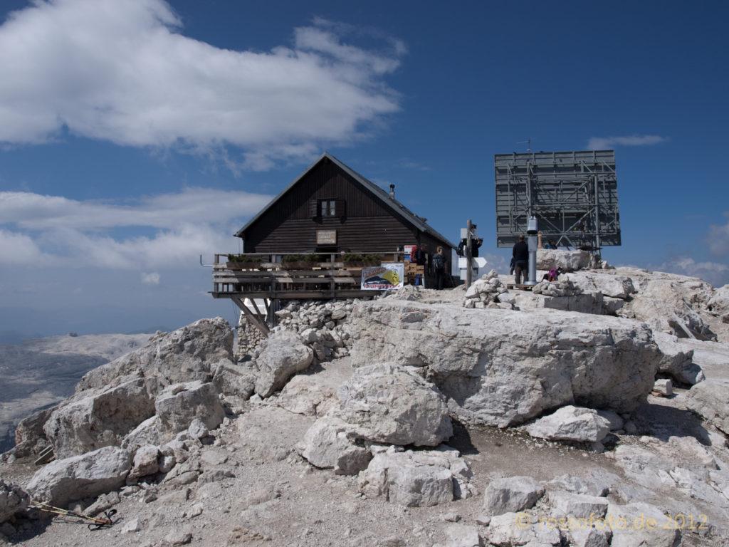 Da der Nachmittag noch jung ist, kurzer Abstecher zum Gipfel mit dem Refugio Capanna Fassa.