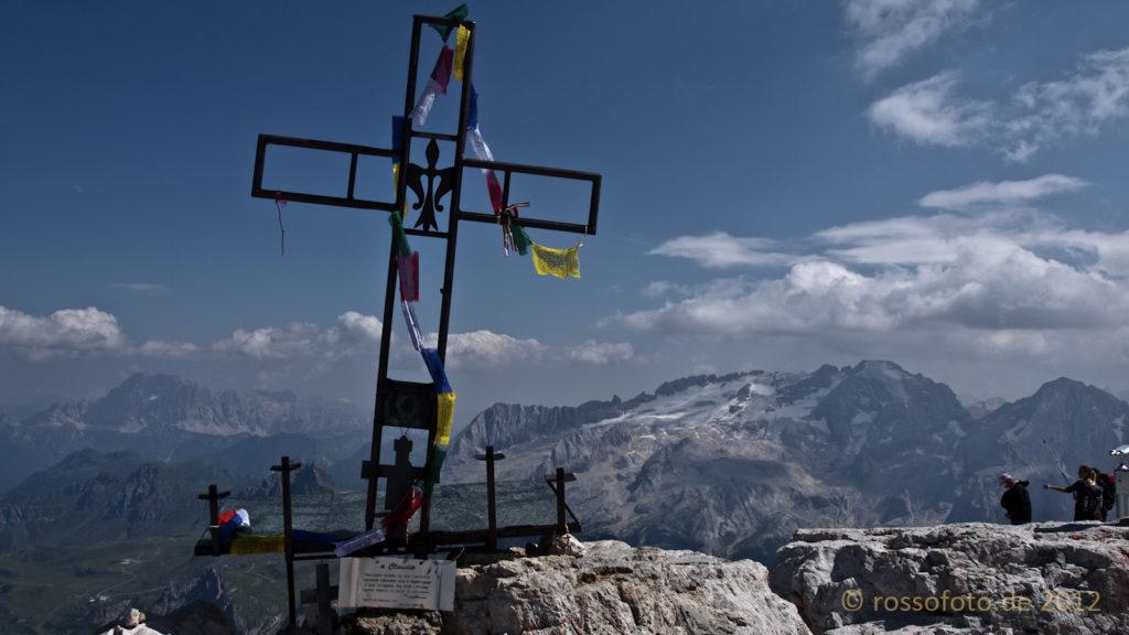 Gebetsfahnen am Gipfelkreuz. Dahinter die Marmolada.